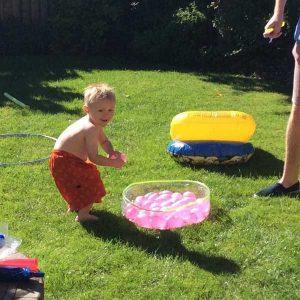 enfant pret a lancer une bombe a eau