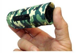 la caméra infra rouge sans fil Snooperscope tient dans la main