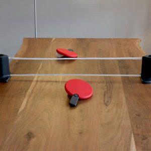 filet de ping pong rétractable Pongo sur une planche en bois