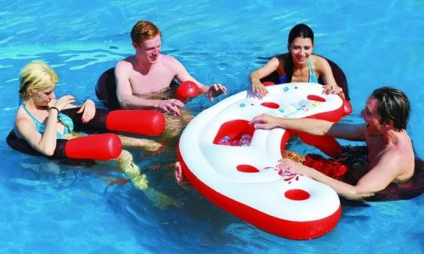 bar flottant pour piscine et fauteuil gonflable