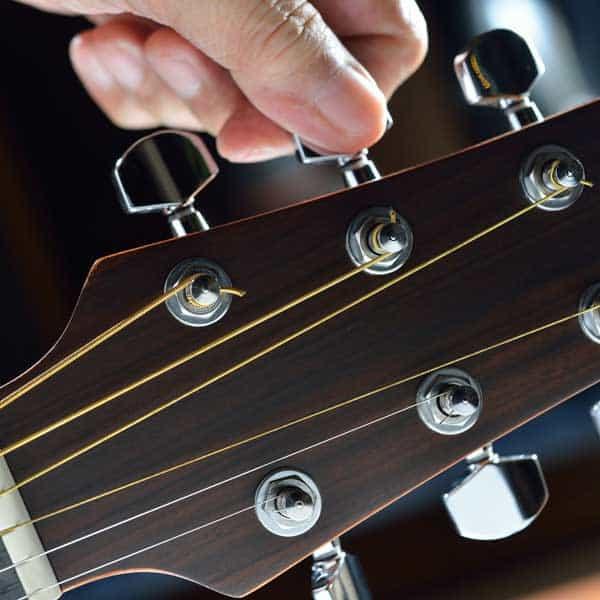 L'accordeur de guitare Roadie Tuner est automatique ...