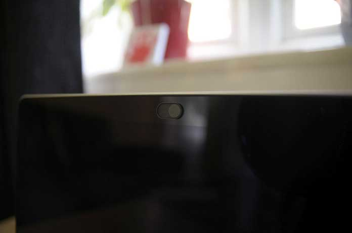 cache webcam soomz noir sur ordinateur noir