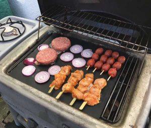 viande grillant sur feuille de cuisson