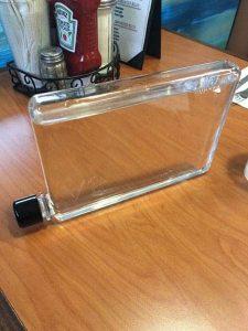 bouteille d'eau réutilisable memobottle A5 sur une table