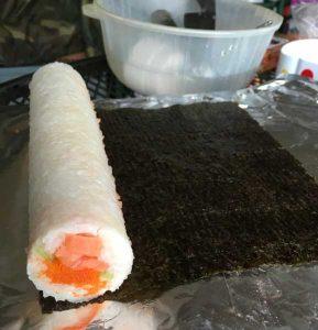 rouleau de maki au saumon sur feuille de nori